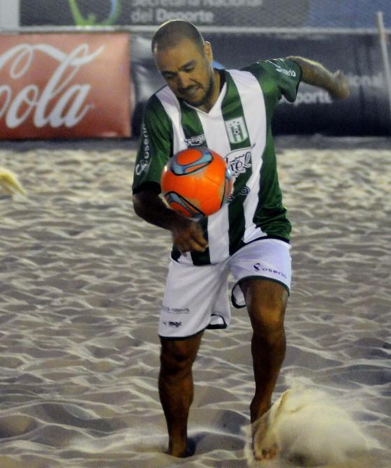 El Chino Recoba fue una gran atracción en el Metropolitano de Fútbol Playa