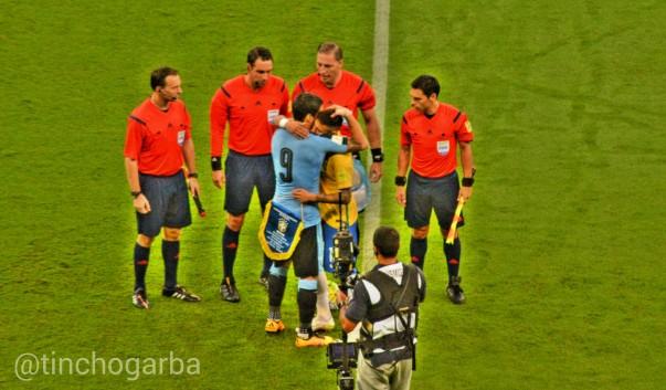 Saludo entre Suárez y Neymar
