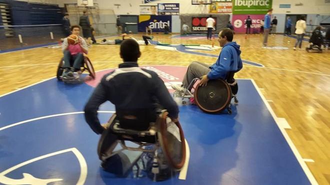 A la derecha el entrenador de Malvín Juan Pablo Serdio participando de la actividad en sillas de ruedas