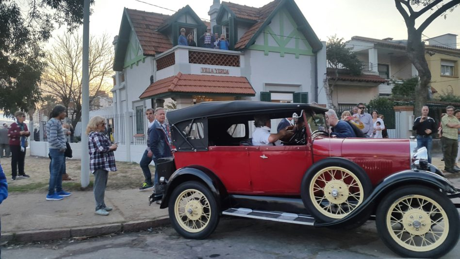 La inauguración del Museo de Gardel en Malvín contó con la presencia de autos de época