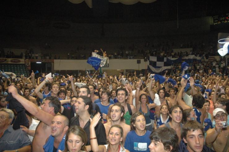 10 años del primer campeonato del Club Malvín: los hinchas azules desbordaron el Cilindro