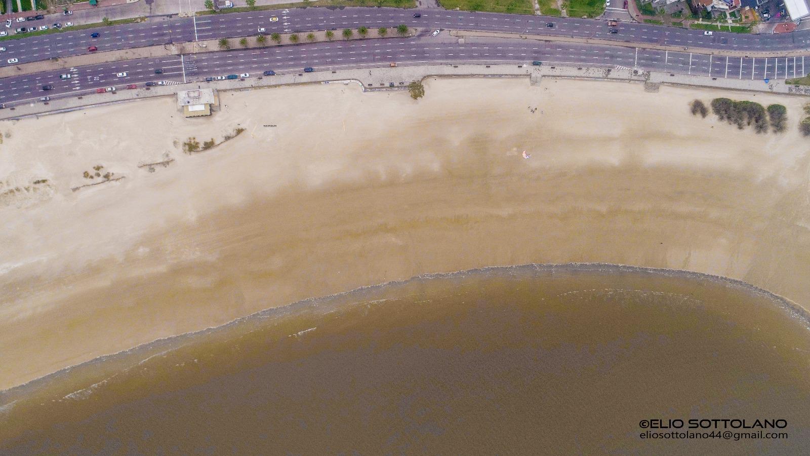 Otra toma espectacular de la bajante en la Playa Malvín