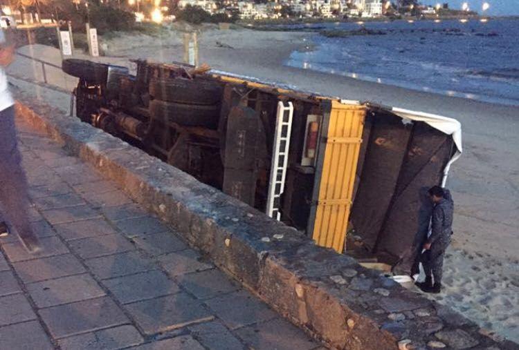 Camión sin frenos en la Rambla cayó a la Playa Honda