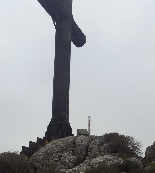 La cruz del Cerro Pan de Azúcar en lo más alto