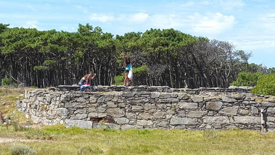 Todavía se pueden apreciar restos de fortificaciones en la Isla Gorriti
