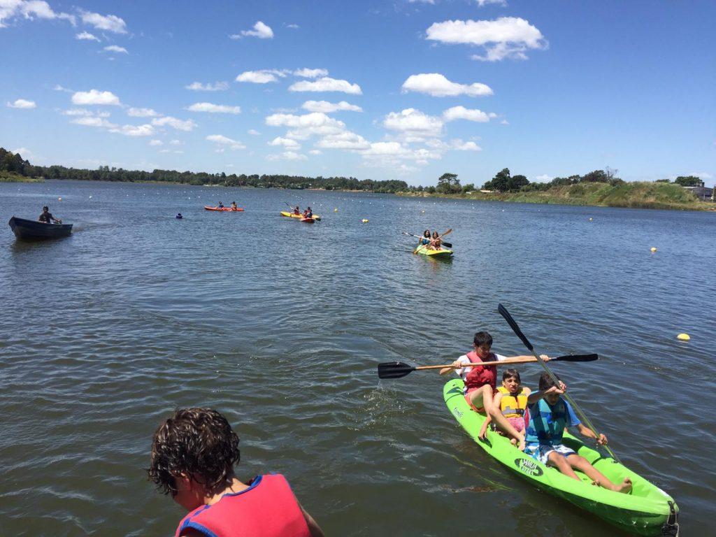 En la escuela de canotaje del lago Calcagno las embarcaciones son muy seguras