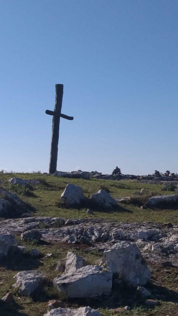 Cruz de madera en la cima del Cerro Aguiar
